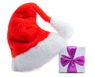 Boîte-cadeau rouge de chapeau du père noël avec la proue Photo libre de droits