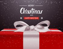 Boîte-cadeau rouge de fond de Joyeux Noël et de bonne année avec le design de carte blanc de salutation de vacances d'arc de ruba illustration de vecteur