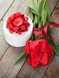 Boîte-cadeau rouge de jour de tulipes et de valentines Images libres de droits