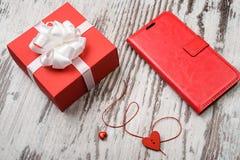 Boîte-cadeau rouge de jour de valentines sur le conseil en bois Photos libres de droits