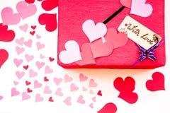 Boîte-cadeau rouge de jour du ` s de Valentine avec un espace pour les valentines de papier photographie stock libre de droits