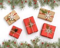 Boîte-cadeau rouge de Noël décoré des flocons de neige blancs sur la vue supérieure de fond blanc Composition de Noël Greeti de J photo stock