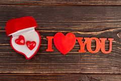 Boîte-cadeau rouge de velours avec des boucles d'oreille Photos stock
