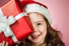boîte-cadeau rouge ouvert de petite fille Images stock
