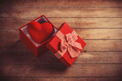 Boîte-cadeau rouge sur la table en bois Photos libres de droits