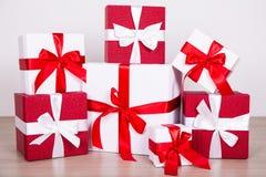 Boîte-cadeau rouges et blancs de concept de Noël - sur le plancher en bois Photo stock