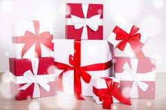 Boîte-cadeau rouges et blancs de concept de Noël - sur le plancher en bois Image stock
