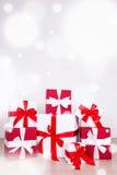 Boîte-cadeau rouges et blancs de fond de Noël - sur le plancher en bois Images libres de droits