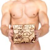 Boîte-cadeau se tenant nu photo libre de droits