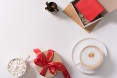 Boîte-cadeau se tenant sur le bureau blanc Images libres de droits