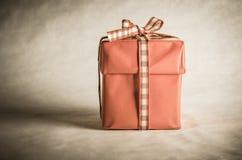 Boîte-cadeau simple attaché avec l'arc Photographie stock libre de droits