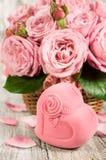 Boîte-cadeau sous forme de coeurs et roses roses Images libres de droits
