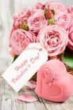 Boîte-cadeau sous forme de coeurs et roses roses avec le label Photo stock