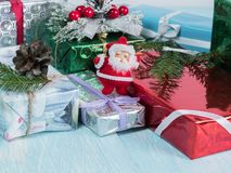 Boîte-cadeau sous les branches d'arbre de Noël et la figurine de St Klaus photos libres de droits
