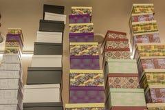 Boîte-cadeau sur des étagères dans le magasin photographie stock