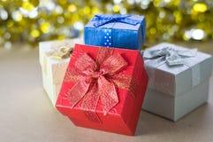 Boîte-cadeau sur la table avec le fond de tache floue Photos libres de droits