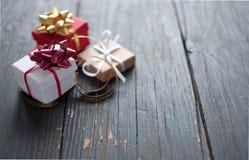 Boîte-cadeau sur le bois images stock