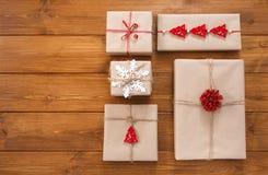 Boîte-cadeau sur le bois, cadeaux de Noël en papier de métier Photo libre de droits