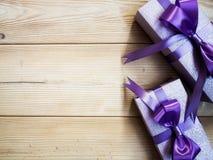 Boîte-cadeau sur le conseil en bois Photo stock