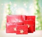 Boîte-cadeau sur le fond d'arbres de Noël Photos stock