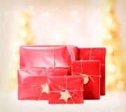 Boîte-cadeau sur le fond d'arbres de Noël Image stock