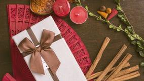 Boîte-cadeau sur le fond en bois, cannelle, configuration d'appartement d'humeur d'automne Photos stock