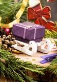 Boîte-cadeau sur le traîneau parmi des décorations de Noël photo libre de droits