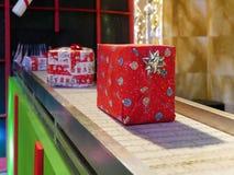 Boîte-cadeau sur Noël de Noël de bande de conveyeur photos libres de droits