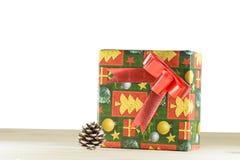 Boîte-cadeau sur un plancher en bois Photo stock