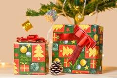 Boîte-cadeau sur un plancher en bois Images libres de droits