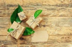 Boîte-cadeau trois avec les feuilles vertes Photo libre de droits