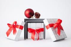 Boîte-cadeau trois et ruban rouge Image stock