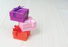 Boîte-cadeau trois multicolore Photos libres de droits