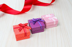 Boîte-cadeau trois multicolore Photographie stock