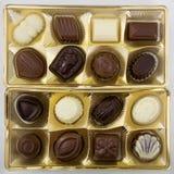 Boîte carrée de chocolats au-dessus de blanc Image libre de droits