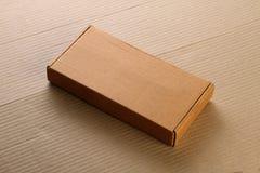 Boîte/carton ondulés de panneau de carte de Brown pour la maquette Images libres de droits