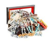 Boîte complètement de bijoux Photos stock