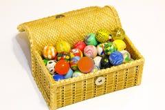 Boîte complètement de boules colorées images libres de droits