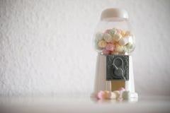 boîte complètement de petites sucreries colorées Images stock