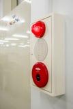 Boîte d'alarme d'incendie, commutateur de presse, sirène et lumière rouge images libres de droits