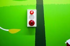 Boîte d'alarme d'incendie montée sur le mur coloré Image stock
