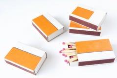 Boîte d'allumettes quatre avec des allumettes au-dessus de blanc Photos libres de droits