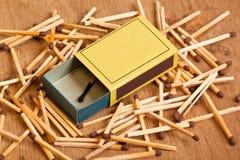 Boîte d'allumettes se trouvant sur la pile des allumettes Photographie stock libre de droits