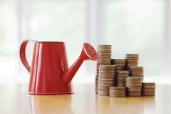 Boîte d'arrosage rouge avec la pièce de monnaie (chemin dans le côté) Photos stock
