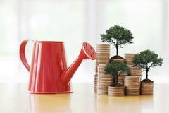 Boîte d'arrosage rouge avec le chemin de pièce de monnaie dans le côté Photo stock
