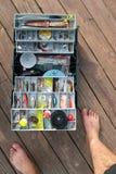 Boîte d'articles de pêche sur un dock images libres de droits
