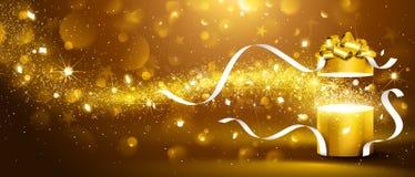 Boîte d'or avec des étoiles et des confettis Photographie stock libre de droits
