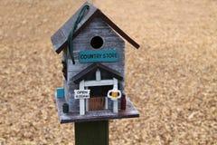 Boîte d'oiseau en bois photographie stock