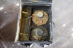 Boîte d'une valise avec de vieux haut-parleurs Système audio antique Photos libres de droits