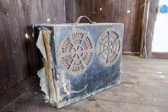 Boîte d'une valise avec de vieux haut-parleurs Système audio antique Photo libre de droits